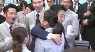 Shinzo_hug_his_doughter_Mao_Asada_Figia_skater_22.jpg