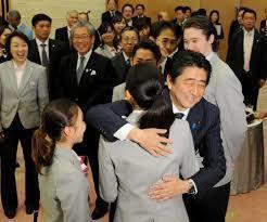 Shinzo_hug_his_doughter_Mao_Asada_Figia_skater_29.jpg
